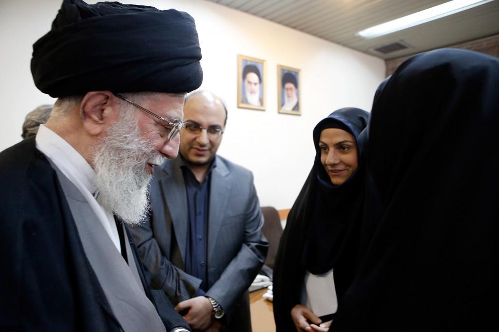 اهدای مدال مریم هاشمی به رهبرانقلاب