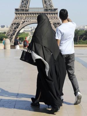 رعایت حجاب در برابر زنان غیرمسلمان